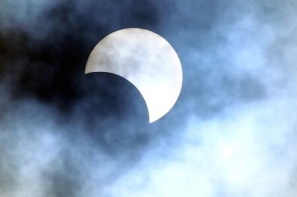 2016年3月9日は部分日食。iPhoneアプリ「Solar Book」で時刻や方角をチェックしよう!
