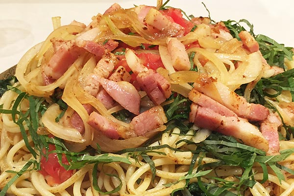 【神保町ペロリ旅】第14食 人気の焼きスパを味わえる!「ロメスパ バルボア」のメガ盛り青じそトマト