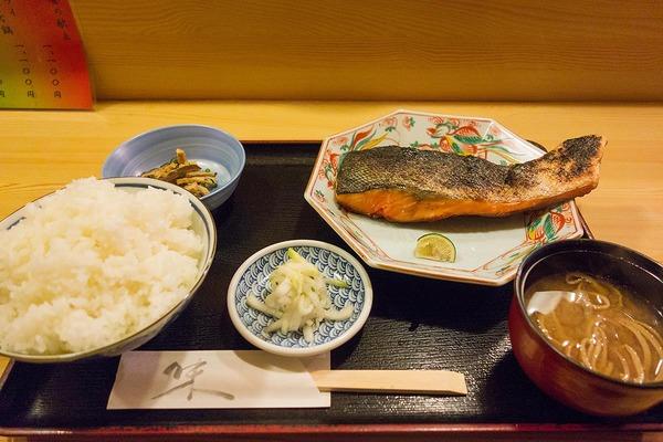 【神保町ペロリ旅】第32食 珍しい「デカ鮭」の和食ランチ 「日本料理 きよし」の鮭塩焼き(前編)