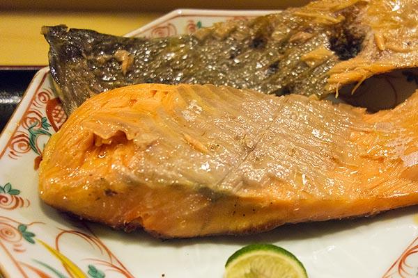 【神保町ペロリ旅】第32食 鮭が大きくて遠近感が狂う! 「日本料理 きよし」の鮭塩焼き(後編)