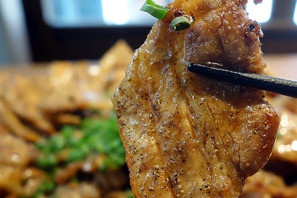 【神保町ペロリ旅】第42食 1.5kgの豚丼を「三角食い」で攻略 「串揚げじゅらく」のギガしびれ豚丼(後編)