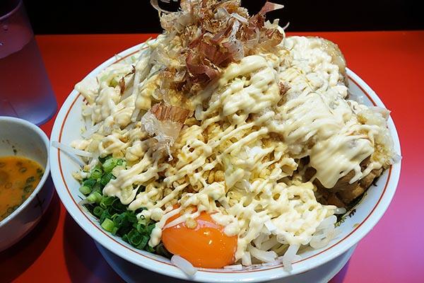 【神保町ペロリ旅】第47食 二郎の向かいで食す背徳的ドカ盛り! 「用心棒」のまぜそば大(前編)