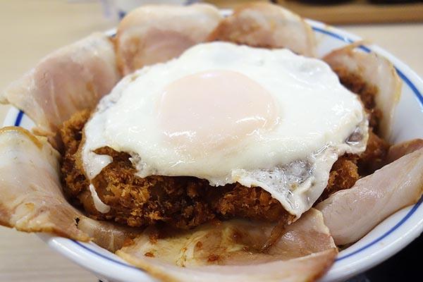 【神保町ペロリ旅】第64食 満足を約束する肉の花! 「かつや」の「増し増しチャーシューエッグチキンカツ丼」(後編)