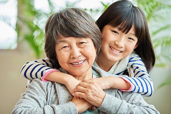 離れていても安心。高齢者を見守るGPS「まもるっく」の転倒・異常監視機能