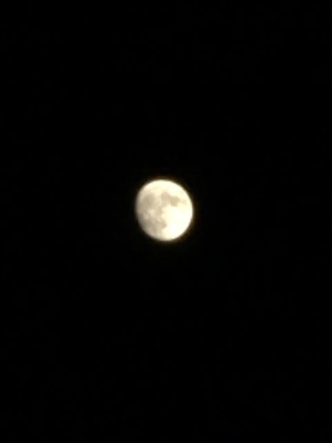 iPhoneアプリ「MuseCam」で撮影した月の写真
