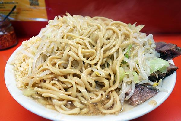 【神保町ペロリ旅】第29食 完食のコツは麺のコンディション管理。「ラーメン二郎」の大ラーメン(後編)