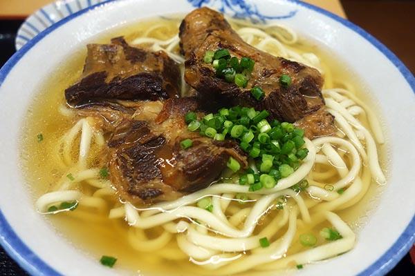 【神保町ペロリ旅】第59食 最後はスープ+炊き込みご飯で締め! 「みやら製麺」のソーキそば(大)ランチセット(後編)