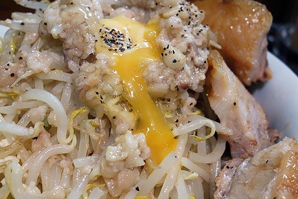 【神保町ペロリ旅】第71食 背脂・卵黄・チーズが織りなす恍惚の一杯!「麺処MAZERU」の「肉増しまぜそば塩 特盛」(後編)